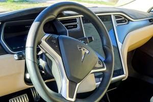 Tesla Verleih Regensburg, Lenkrad eines Tesla, Innenausstattung