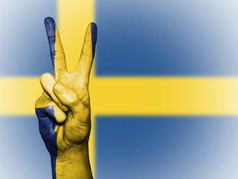 Die schwedische Fahne zeig ein gelbe Kreuz auf blauem Grund