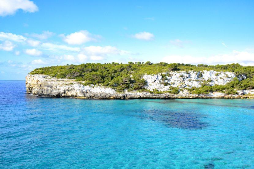 grüne Insel im Meer