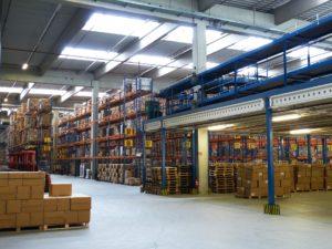 Eine Industriehalle mit vollen Lagern