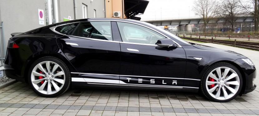 Ein Tesla in der Profilansicht