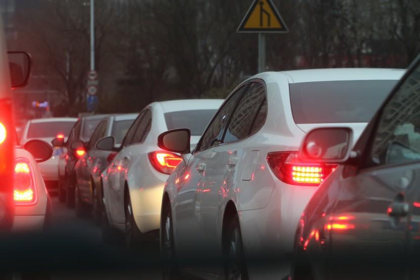 Ein Verkehrsstau mit mehreren Fahrzeugen