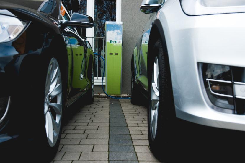 FG.de Ladesäule in Regensburg, links und rechts stehen jeweils Tesla-Autos