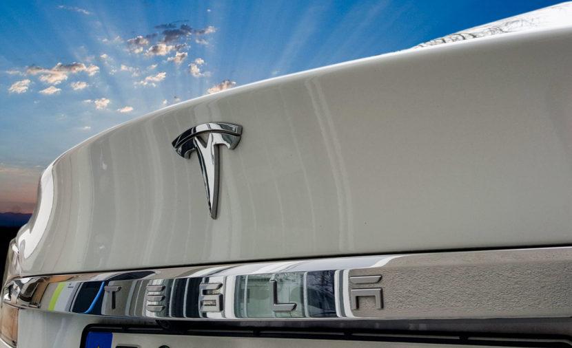 Wolfsburg, Tesla Verleih Regensburg, Heck Spoiler mit Himmel